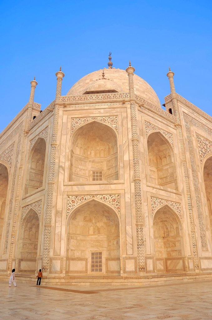Taj Mahal, mausoleum, built by Mughal emperor Shah Jahan in memory of his third wife, Mumtaz Mahal, who died in 1631, UNESCO World Heritage Site, Agra, Uttar Pradesh, India, Asia : Stock Photo
