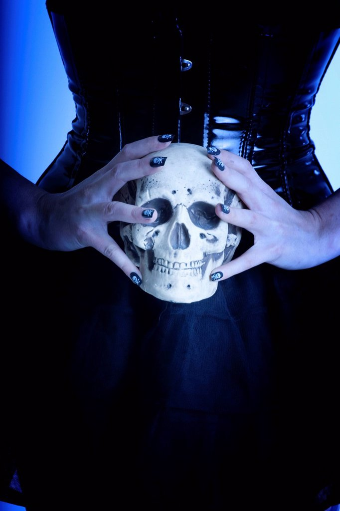 Stock Photo: 1848-666046 Woman, Gothic, holding a skull