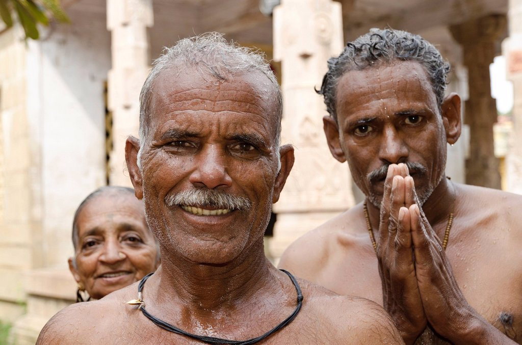 Stock Photo: 1848-666828 Pilgrims at the 22_stations_shower_circle around the Ramanathaswamy Temple, a ceremony for washing away little sins, Rameshwaram, Tamil Nadu, India, Asia