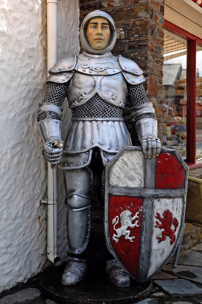 Life_size figure of King Arthur, Knight of the Round Table, in front of the Merlin Gifts & Confectionery shop, Fore Street, Tintagel, Cornwall, England, United Kingdom, Europe : Stock Photo
