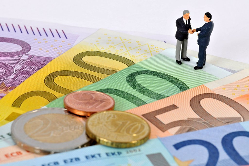 Stock Photo: 1848-667433 Miniature figurines of managers shaking hands while standing on euro banknotes and coins, symbolic image for business, sealing a contract