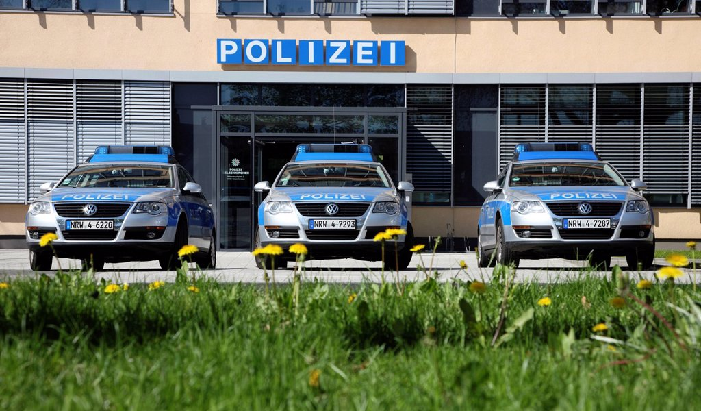 Stock Photo: 1848-667613 Patrol cars parked in front of a modern police station, Gelsenkirchen, North Rhine_Westphalia, Germany, Europe
