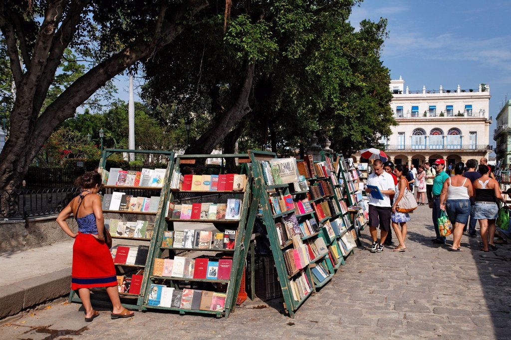 Book market, Plaza de Armas, Villa San Cristobal de La Habana, old town, La Habana, Havana, UNESCO World Heritage Site, Republic of Cuba, Caribbean, Central America : Stock Photo