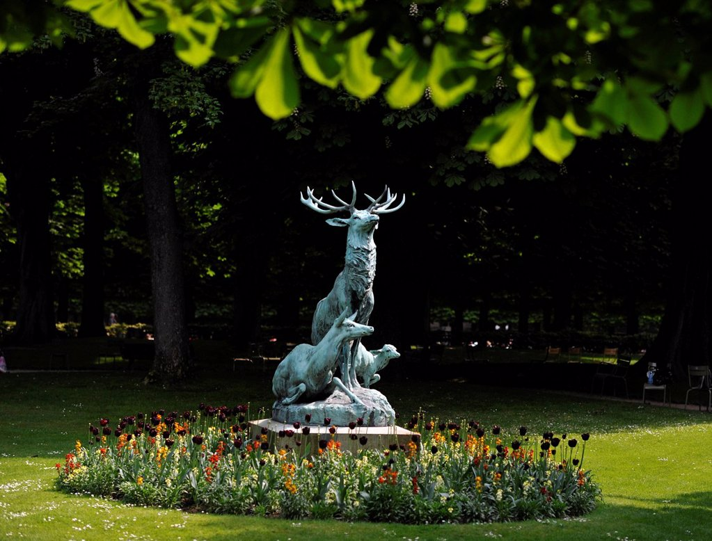 Stock Photo: 1848-673454 A stag and a doe with a fawn, bronze sculpture, Luxembourg Garden, Paris, France, Europe