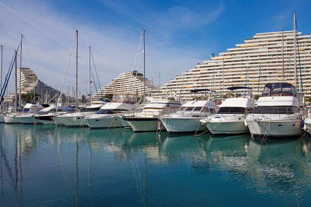 Marina in front of pyramid_shaped high_rise buildings designed by architect Andre Minangoy, Marina Baie des Anges, Villeneuve_Loubet, Var, Cote d´Azur, Southern France, France, Europe : Stock Photo