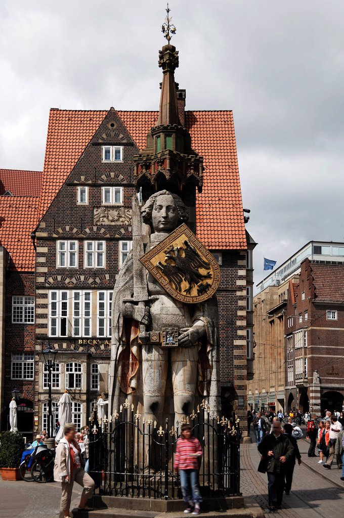 Roland statue with a shield bearing the double_headed eagle crest of the empire, 1404, Market Square, Bremen, Germany, Europe : Stock Photo