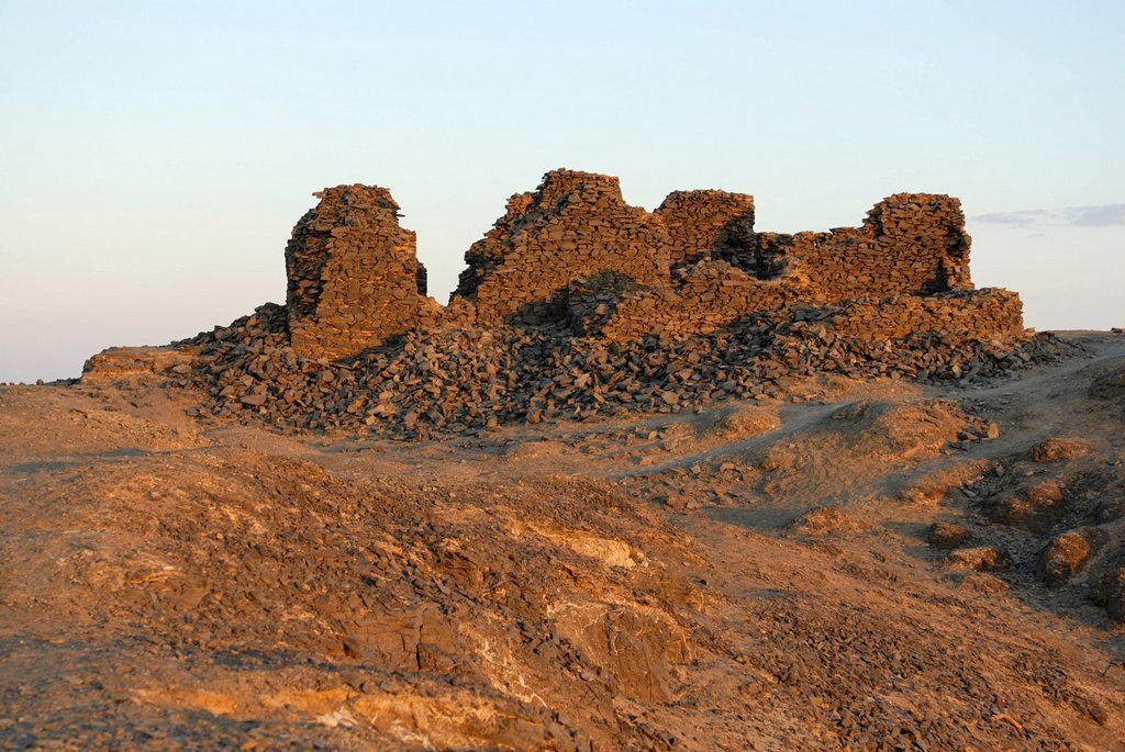 Stock Photo: 1848-678071 Remains of a fortress built from basalt, Bahariya Oasis, Western Desert, Egypt, Africa