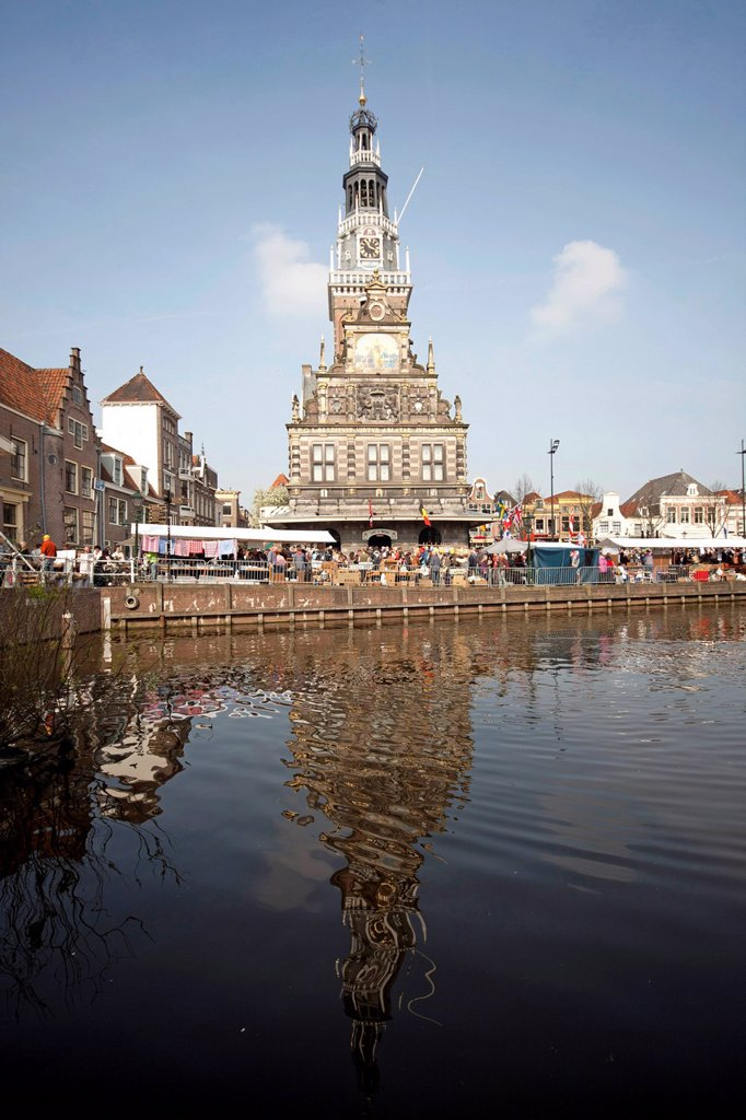 Stock Photo: 1848-679251 Canal and former weigh building, now Holland Kaasmuseum Dutch cheese museum, Alkmaar, North Holland, Netherlands, Europe