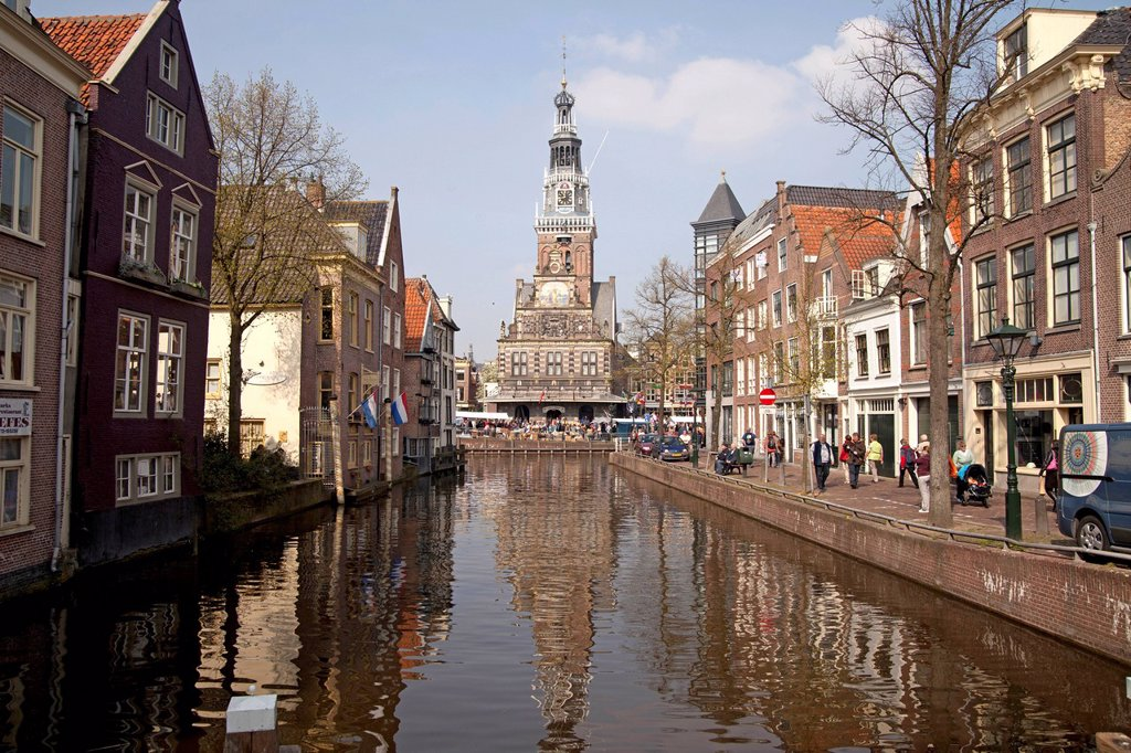 Canal and former weigh building, now Holland Kaasmuseum Dutch cheese museum, Alkmaar, North Holland, Netherlands, Europe : Stock Photo