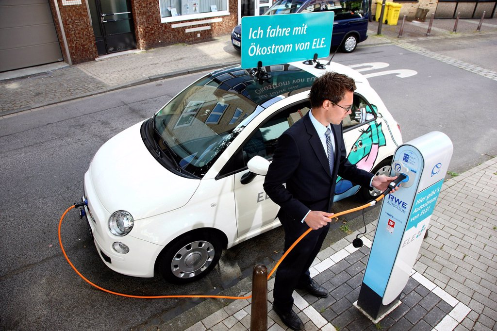 Stock Photo: 1848-679916 Electric car of the Emscher Lippe Energie GmbH, ELE, type Fiat 500, at a charging station, Gelsenkirchen, North Rhine_Westphalia, Germany, Europe
