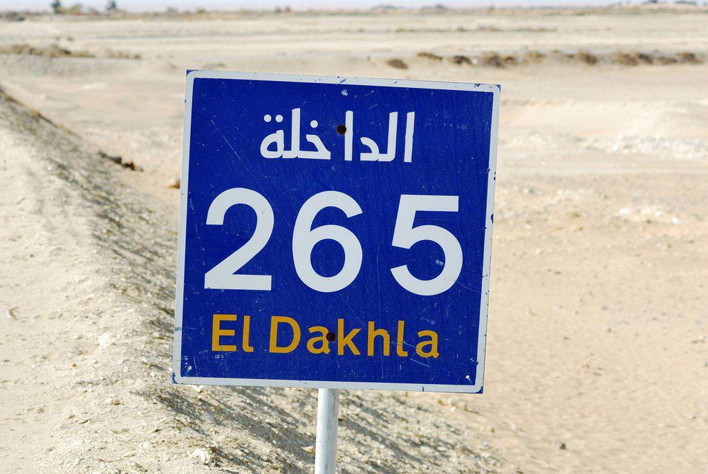Sign, distance, near Farafra Oasis, White Desert, Western Desert, Egypt, Africa : Stock Photo