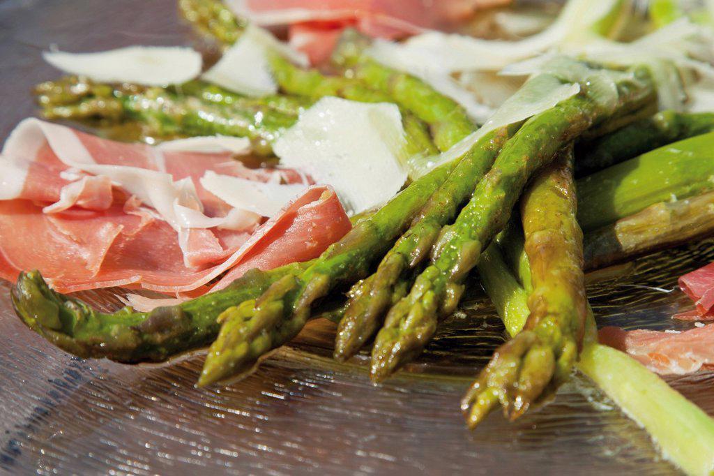 Stock Photo: 1848-683556 Green asparagus with Serrano ham