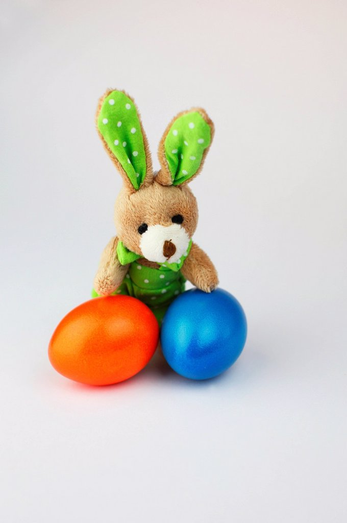 Stock Photo: 1848-684399 Easter bunny with coloured Easter eggs
