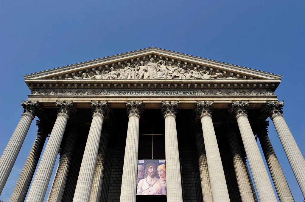 Front facade with relief in the tympanum Last Judgment, church Église de la Madeleine or L´église Sainte_Marie_Madeleine, Paris, France, Europe : Stock Photo