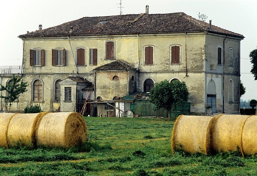 Typical farmstead in Emilia_Romagna, bales of straw on a field, near Busseto, Province of Parma, Italy, Europe : Stock Photo