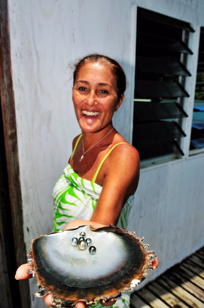Stock Photo: 1848-692163 Woman with pearls, Tauahei pearl farm, Raiatea or Ra´iatea, Leeward Islands, Society Islands, French Polynesia, Pacific Ocean
