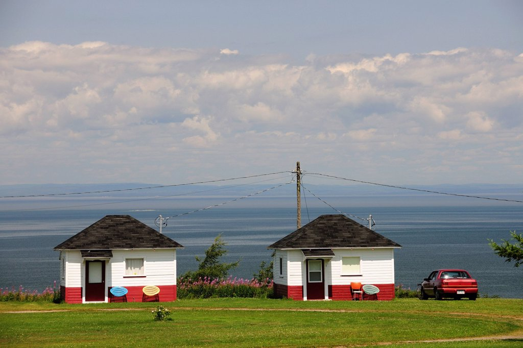 Stock Photo: 1848-694190 Holiday homes on the St. Lawrence River, Gaspe Peninsula, Gaspésie, Quebec, Canada