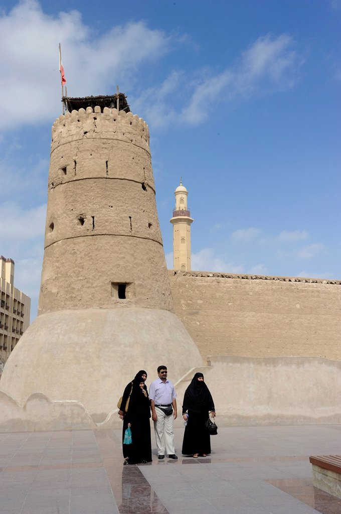 Stock Photo: 1848-700275 Arab man with his wives standing in front of the tower of the fort in Dubai, Dubai museum, United Arab Emirates, Arabia, Arabian Peninsula