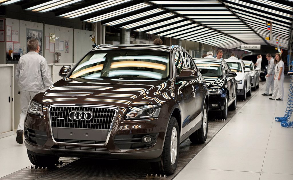 Stock Photo: 1848-703924 An Audi Q5 on the final inspection line for Audi A4 Avant and Q5 vehicles, three_coloured fluorescent lamps are being used to check the surface of the vehicles, Audi plant, Ingolstadt, Bavaria, Germany, Europe