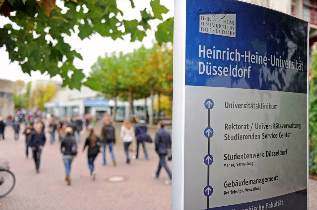 Stock Photo: 1848-706415 Start of university, freshers week, welcoming new students to university, Heinrich_Heine Universitaet, Duesseldorf, North Rhine_Westphalia, Germany, Europe