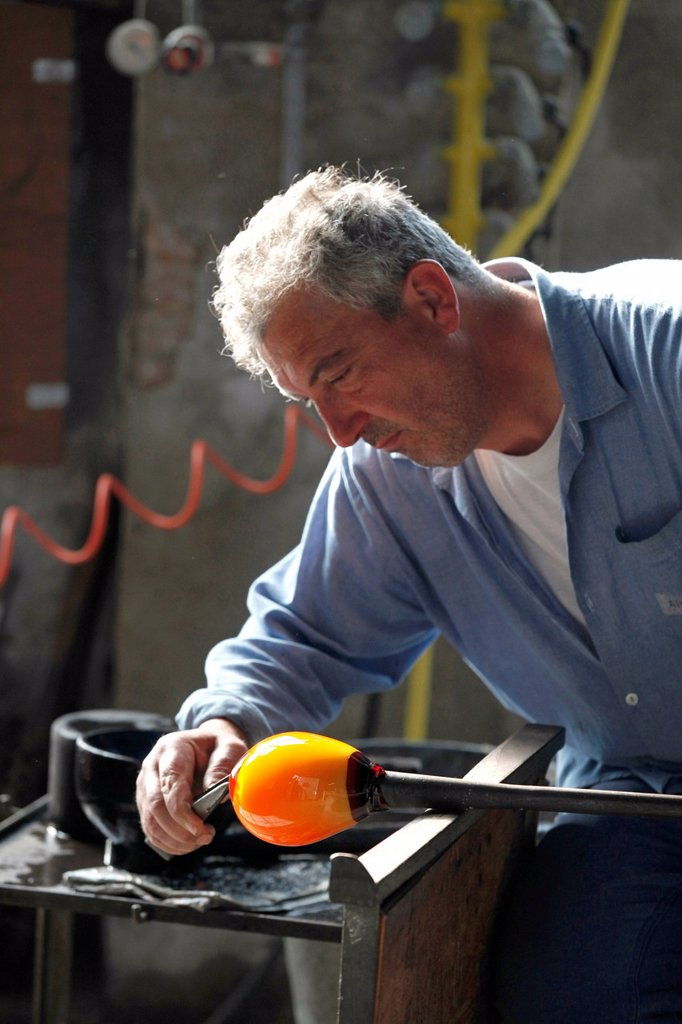 Adriano Zanella, glassblower maestro, Salviati art glass factory, Murano, Venice, Venetia, Italy, Europe : Stock Photo