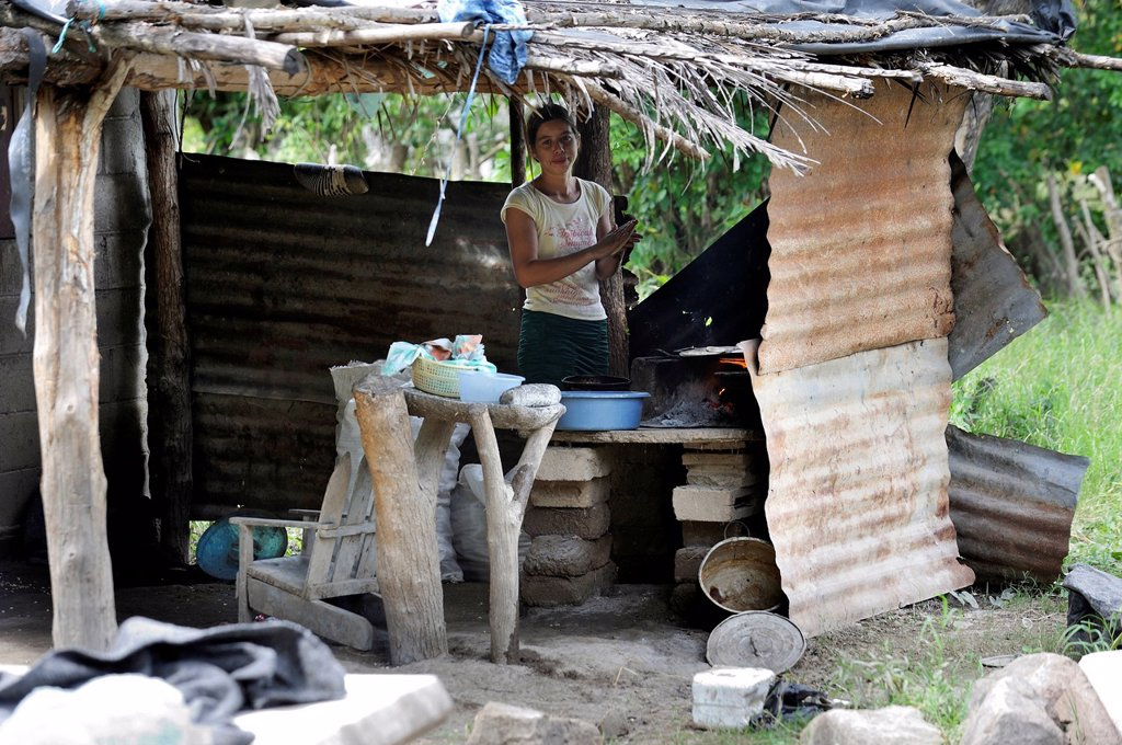 Woman in a simple kitchen with improvised roof, El Angel, Bajo Lempa, El Salvador, Central America, Latin America : Stock Photo