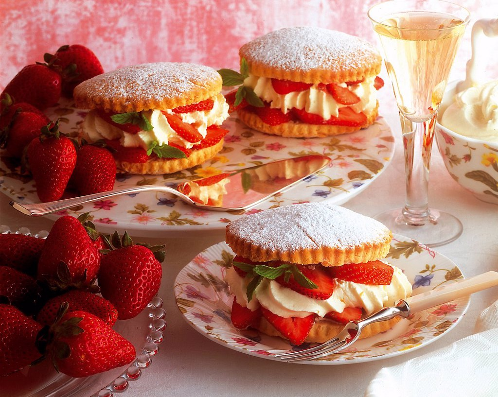 Stock Photo: 1848-714399 Fine strawberry tartlets, USA, recipe available for a fee