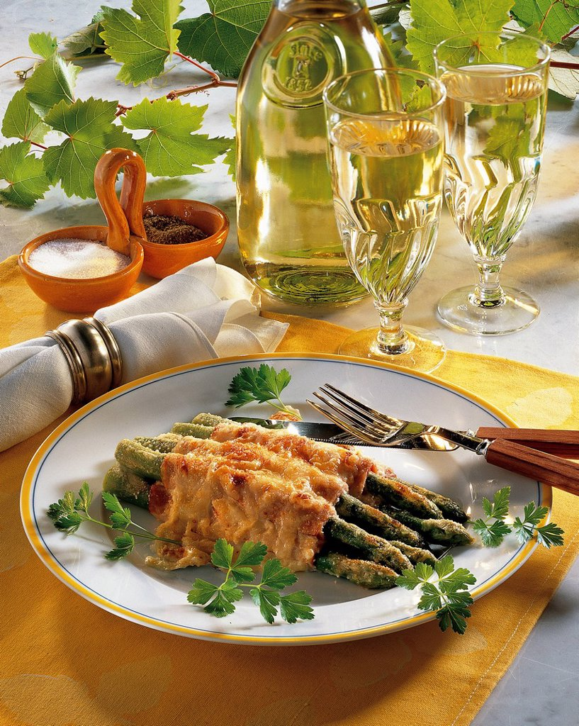 Green asparagus scalloped with Parmesan and Gruyère cheese, USA, recipe available for a fee : Stock Photo