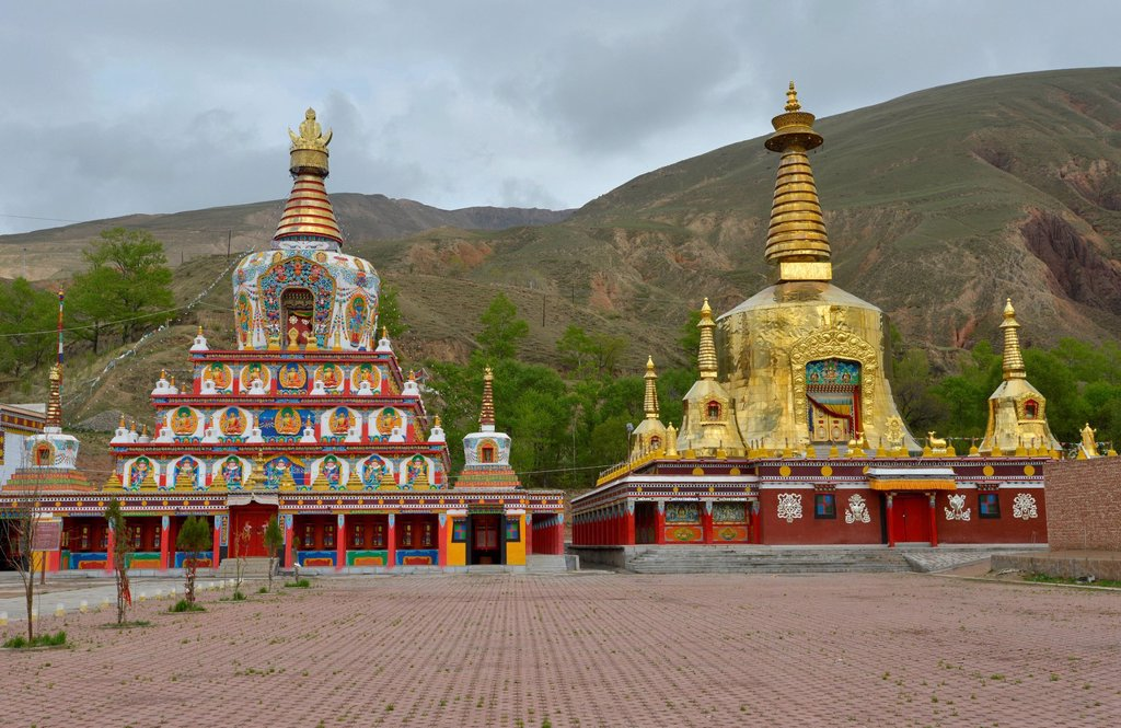 Tibetan Buddhism, new large painted and gilded chorten, stupa at the Wutun Si Monastery, Tongren, Repkong, Qinghai, formerly Amdo, Tibet, China, Asia : Stock Photo