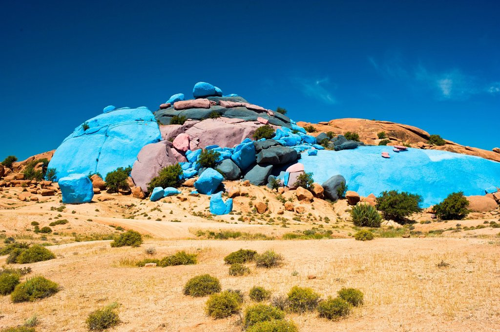 Painted rocks, rock paintings by the Belgian artist Jean Verame near Tafraoute, Anti_Atlas mountain range, southern Morocco, Morocco, Africa : Stock Photo