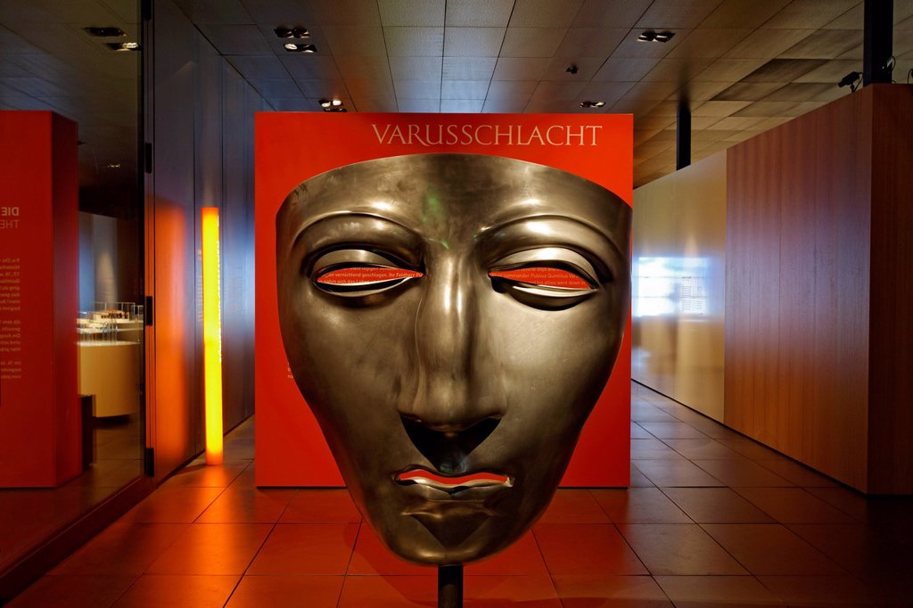 Face mask of a Roman cavalry helmet, enlarged replica, Varus Battle or Battle of the Teutoburg Forest, Kalkriese Museum and Park, Osnabruecker Land region, Lower Saxony, Germany, Europe *** WARNING: Publication only with the following note: Battle of the. Face mask of a Roman cavalry helmet, enlarged replica, Varus Battle or Battle of the Teutoburg Forest, Kalkriese Museum and Park, Osnabruecker Land region, Lower Saxony, Germany, Europe *** WARNING: Publication only with the following note: Bat : Stock Photo