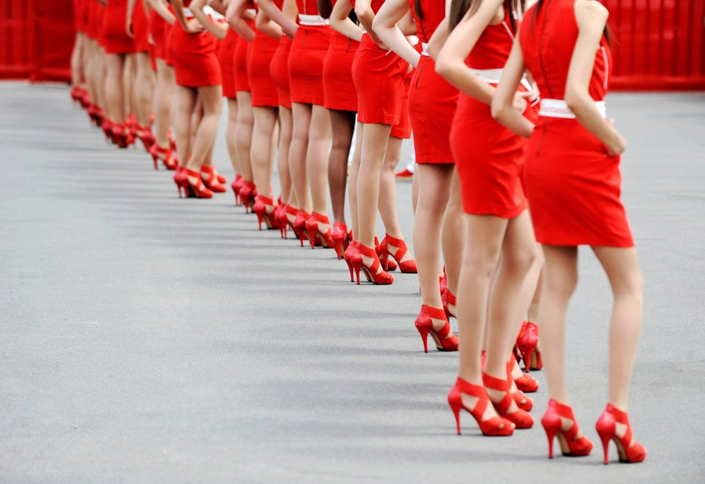 Grid Girls waiting to make an appearance at the Formula 1 race at the Circuito de Catalunya bei Montmelo racetrack, Spain, Europe : Stock Photo
