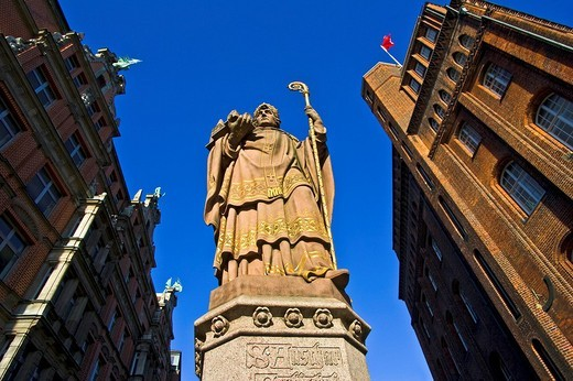 Statue of St. Ansgar on the Trostbruecke Trost Bridge in front of the historic Patriotischen Gesellschaft right and Kontorhaus Globushof left buildings, Hamburg, Germany, Europe : Stock Photo