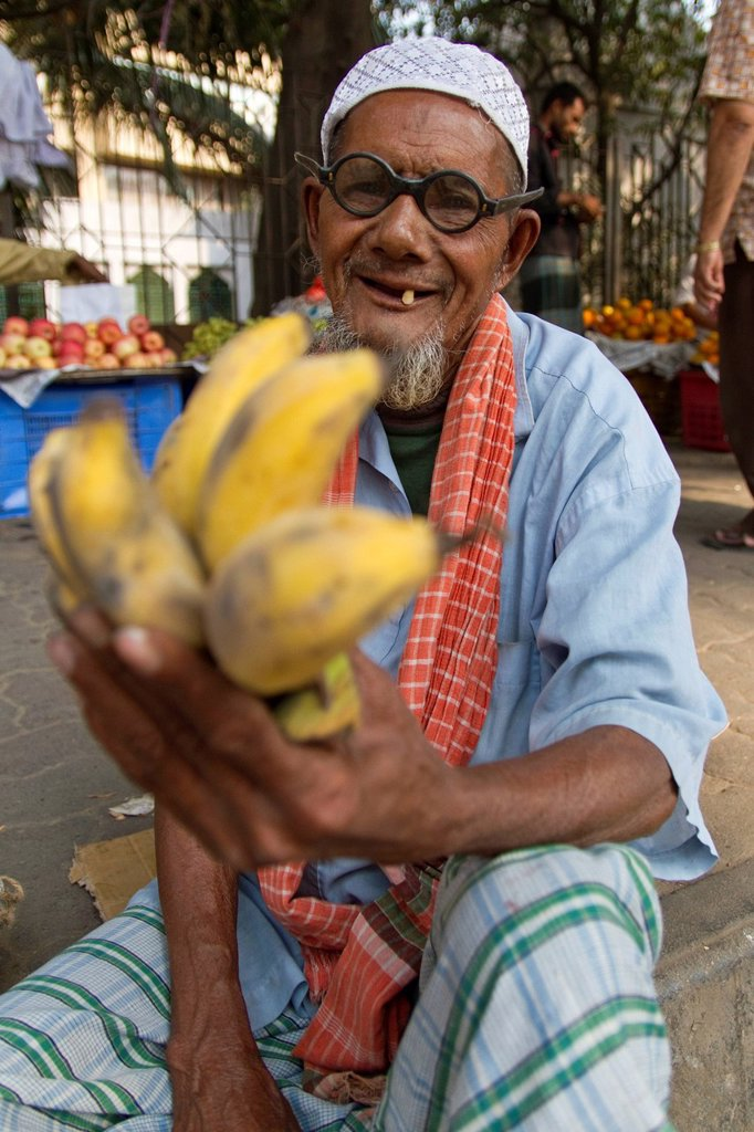 Stock Photo: 1848-742076 Elderly man selling bananas on the roadside, Dhaka, Bangladesh, South Asia, Asia