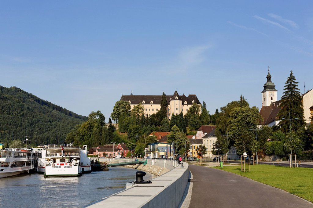 Stock Photo: 1848-744535 Danube river, Greinburg Castle and Donaulaende park with floodwalls, Grein, Muehlviertel region, Upper Austria, Austria, Europe