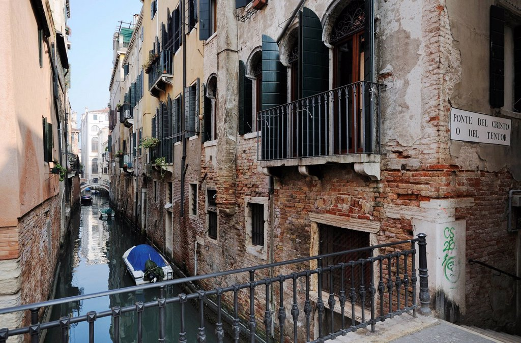 Stock Photo: 1848-745008 Houses, Ponte del Cristo o del Tentor, bridge over the canal Rio de la Pergola o Ca´ Pesaro, Santa Croce quarter, Venice, Venezia, Veneto, Italy, Europe