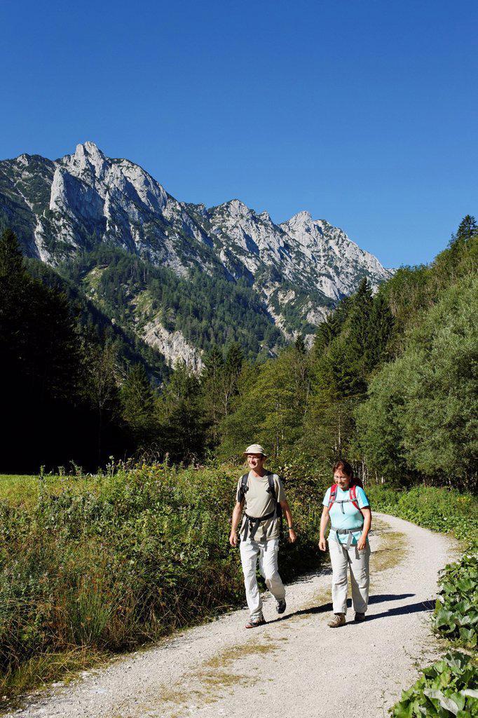 Stock Photo: 1848-748762 Pair hiking in the Sengsen Mountains in Limestone Alps National Park, Pyhrn_Eisenwurzen, Traunviertel district, Upper Austria, Austria