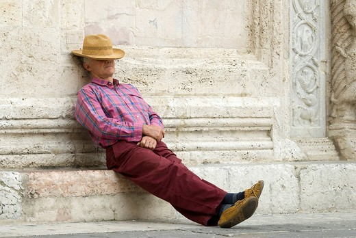 Man wearing a straw hat, Assisi, Umbria, Italy, Europe : Stock Photo