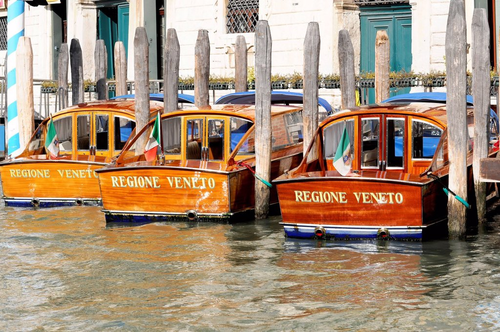 Stock Photo: 1848-749595 Berth for boats, Boote Regione Veneto, water taxis, Venice, Veneto, Italy, Europe