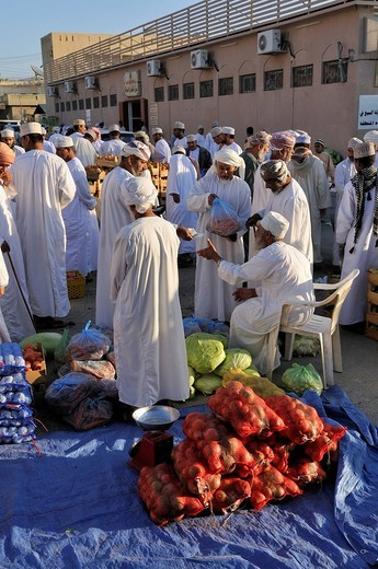Omani men in traditional dress, Bahla vegetable market, Hajar al Gharbi Mountains, Al Dakhliyah region, Sultanate of Oman, Arabia, Middle East : Stock Photo
