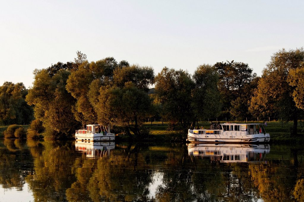 Evening, houseboats on the Saône, a quiet tributary, in the harbour of Marian Saône Valley : Stock Photo