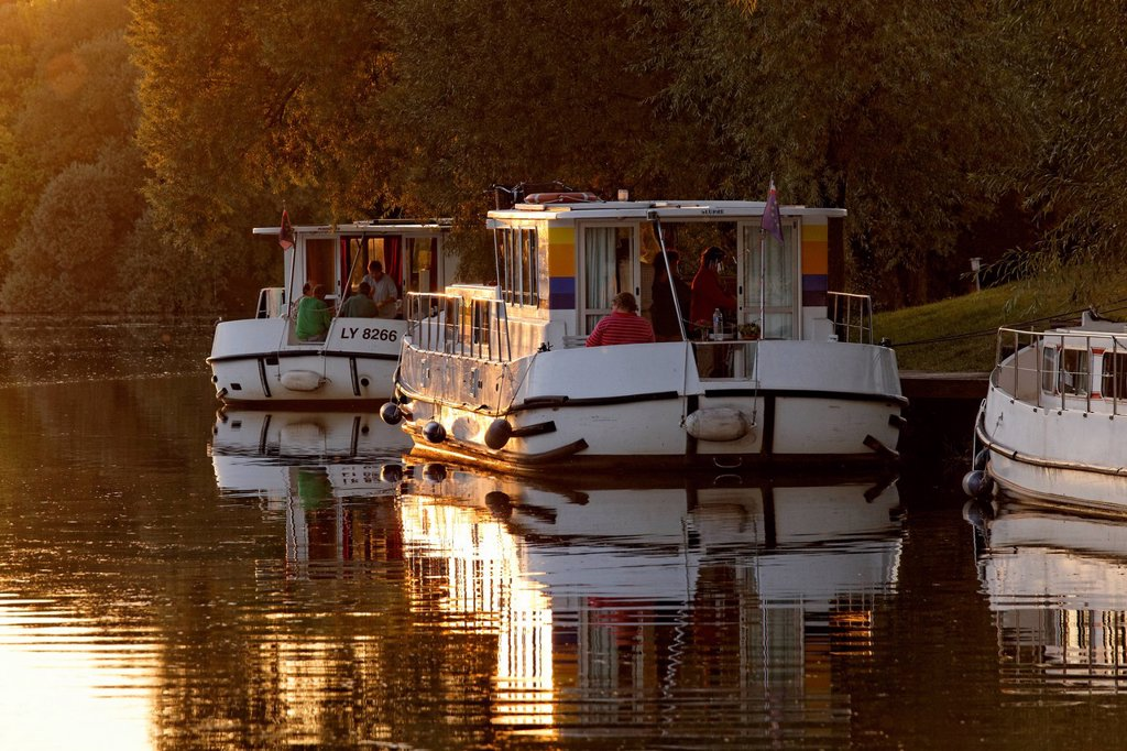 Stock Photo: 1848-760717 Evening, houseboats on the Saône, a quiet tributary, in the harbour of Marian Saône Valley
