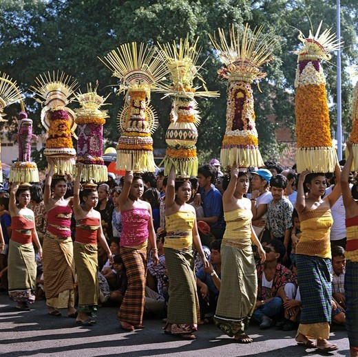 Women with sacrificial offerings, procession, Denpasar, Bali, Indonesia, south_east Asia : Stock Photo