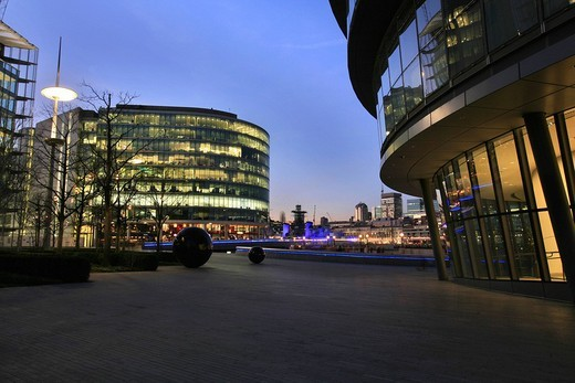 City Hall, designed by Norman Foster, seat of the Greater London Authority and the Mayor of London, and the The Scoop amphitheatre, Queen´s Walk, London, England, UK, Europe : Stock Photo