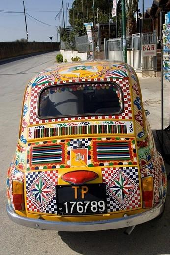 Fiat 500 decorative paint art auto, Marinella, Sicily, Italy : Stock Photo
