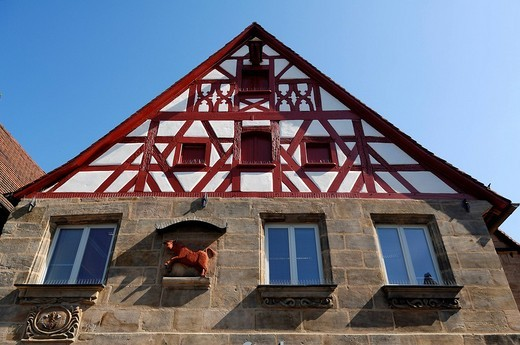 Red ox figure mounted on the wall of an old butchery, 1782, with half_timbered gables, Lauf an der Pegnitz, Middle Franconia, Bavaria, Germany, Europe : Stock Photo
