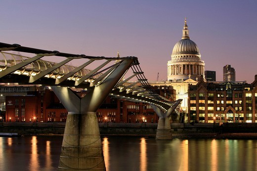 Millennium Bridge and St. Paul´s Cathedral seen from the southern bank of the Thames, London, England, UK : Stock Photo