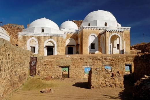 Historic mosque, mountain village Shaharah, Yemen : Stock Photo