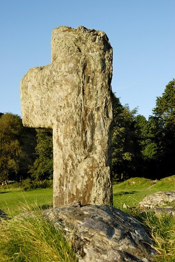 Early christian stone cross made from metomorphic rock, near Glendalough Co Wicklow Ireland : Stock Photo