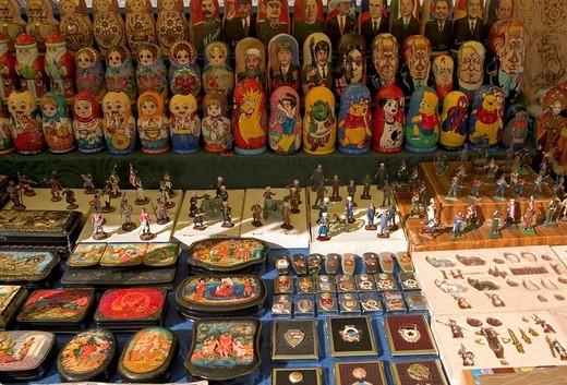 Stock Photo: 1848R-279419 Ukraine Kiev Andrijivskyj road with the figures and souveniers of a souvenierdealer 2004